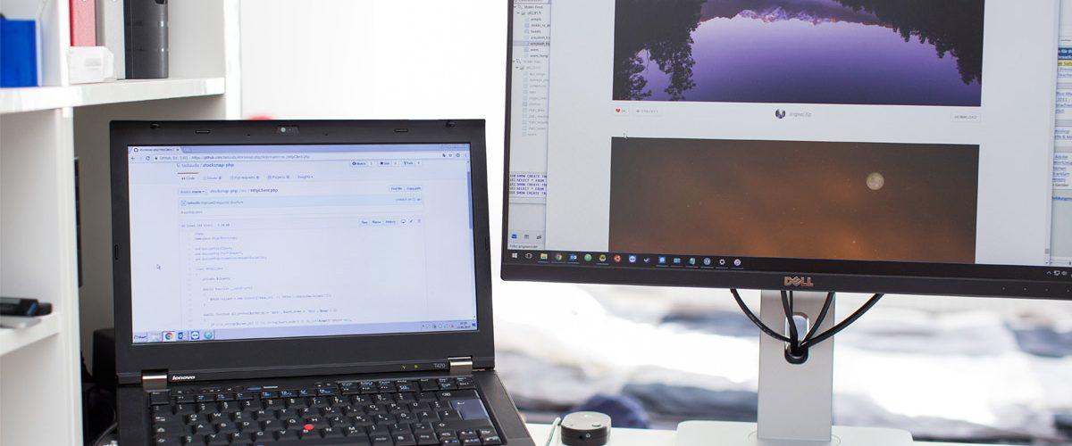 Ordenador portátil junto con otro monitor trabajando en el diseño web de un sitio