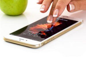 Mano de mujer accediendo a una web mobile friendly en su smartphone